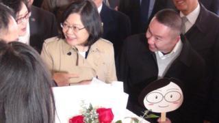 休斯敦侨胞在饭店前献花欢迎总统蔡英文。