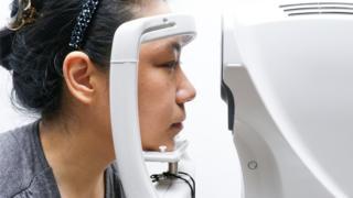 Mulher fazendo exame de vista