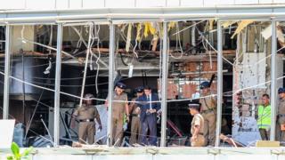 Fachada de hotel destruída por explosão de bomba no Sri Lanka