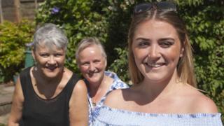 Jillian Stewart con sus dos madres, Susan y Gerrie Douglas-Scott.