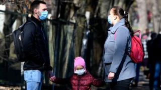 семья с ребенком в масках