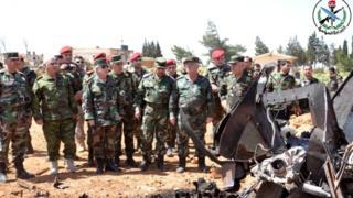 بازدید مقام های نظامی سوریه از پایگاه شعیرات پس از حمله آمریکا