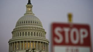 2013年には医療保険制度改革をめぐって実際に政府機関が一時閉鎖されている