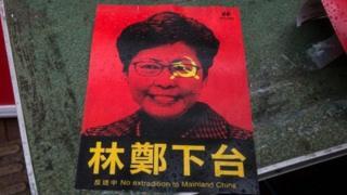Hình ảnh của bà Carrie Lam, lãnh đạo Hong Kong trên một tờ rơi phản đối dự luật dẫn độ