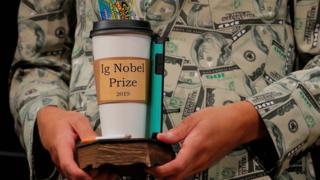 Тимоти Восс держит Шнобелевскую премию по экономике