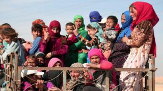 Vehicle carries people fleeing clashes in villages north of Raqqa (8 November 2016)