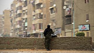 صورة لسيدة في شارع مصري