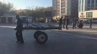 Diyarbakır Sur'da bir hammal tekerlekli çimento taşıyor