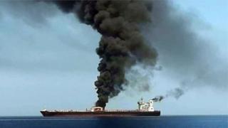 တိုက်ခိုက်ခံရပြီး မီးလောင်ကျွမ်းနေတဲ့ ရေနံတင်သင်္ဘော