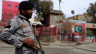پاکستاني پوځي چارواکو تېره اونۍ د دغه هېواد د سېند ایالت یوه زیارت کې له خونړي برید وروسته اعلان وکړ، چې له افغانستان سره یې ټولې پولې سملاسي تړلې دي.