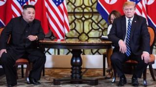 Kim ao lado de Donald Trump