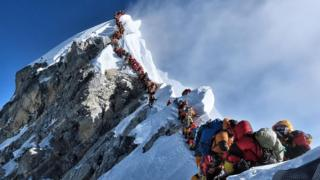 Fila de montañistas para ascender a la cima del Everest.