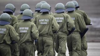 يتطلب القانون الحالي التقصي عن الجنود بعد أن يتم تجنيدهم