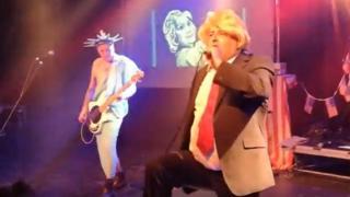 المغني البريطاني بيتر بايووترز (على يمين الصورة)