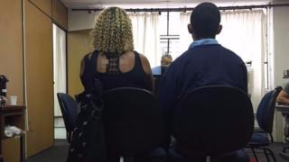 Mãe e filho em audiência de custódia em SP