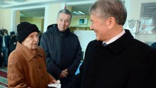 Президент Атамбаев на избирательном участке