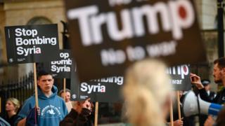 القصف الأمريكي على القاعدة الجوية السورية أحدث انقساما داخل الولايات المتحدة وخارجها بين مؤيد ومعارض