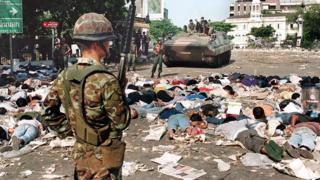 วันที่ 18 พฤษภาคม ทหารจับยืนเฝ้ากลุ่มผู้ประท้วงที่ถูกบังคับให้นอนคว่ำหน้า