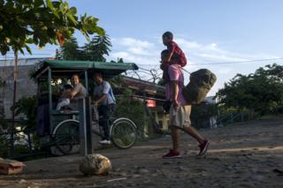 A migránsok kerékpárt tartanak Mexikó déli részén