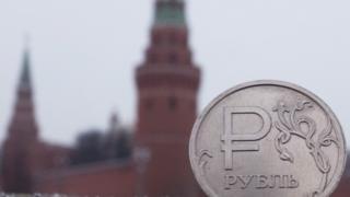 Российский рубль на фоне Кремля