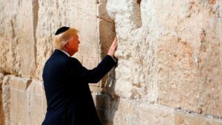Presiden Trump di Tembok Barat, 22 Mei 2017.