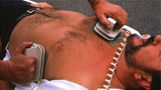 Defibrillator ga chur an sàs