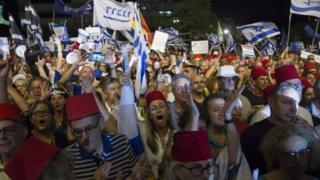 ارتدى بعض المحتجين طرابيش ذات طراز تركي