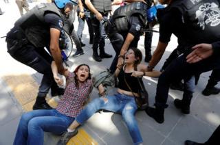 Manifestantes siendo detenidas por la policía