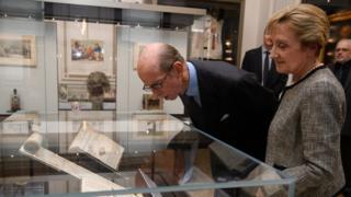 """İngiltere Birleşik Büyük Locası'nın Büyük Üstat'ı Kent Dükü Prens Edward, """"İngiliz Hür Masonlarının 300 yılı"""" sergisini açıldıktan sonra gezdi."""