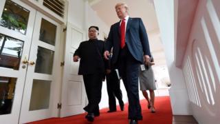 Трамп і Кім Чен Ин йдуть на історичний саміт у п'ятизірковому готелі Capella на курортному острові Сентоза. Обоє не виглядають напруженими