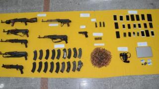أسلحة مما عثر عليه كما عرضتها أجهزة الأمن بعد الغارة
