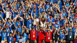 """Los fanáticos de Islandia realizan el """"aplauso de trueno."""