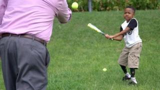 Zion yeni kollarıyla beyzbol oynayabiliyor.