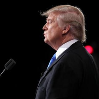 Donald Trump hace una pausa durante un discurso