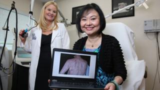 Dra. Jill Waibel junto a Kim Phuc en la clínica de Miami