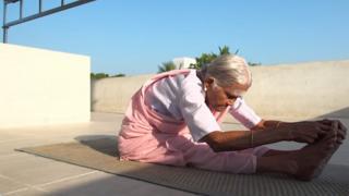 A pesar de tener 98 años de edad, Nanammal no tiene problemas en realizar hasta las posturas más difíciles de yoga.