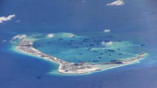 中国は南シナ海の岩礁に大規模な造成工事を行った
