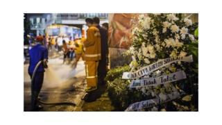 犠牲者を悼み襲撃現場に置かれた花