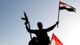 ทหารชูธงซีเรีย