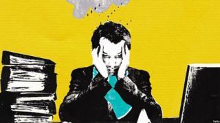 مردی پشت میز کارش که دچار استرس است با افکار مختلف