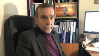 Лев Пономарев в своем кабинете