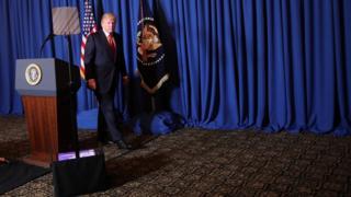 Donald Trump al finalizar una conferencia de prensa