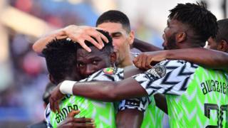 Les Super Eagles célèbrent leur but à l'ouverture du score par le défenseur Kenneth Omeruo, face au Syli national.
