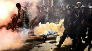 Hình ảnh cho thấy cảnh sát dùng súng bắn lựu đạn cay giải tán biểu tình.