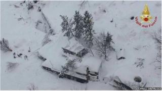 Коли рятувальники дісталися до готелю, вони побачили його засипаним снігом