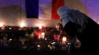 Траур по жертвам нападений в Париже