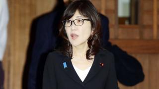 稻田朋美步出靖國神社(29/12/2016)