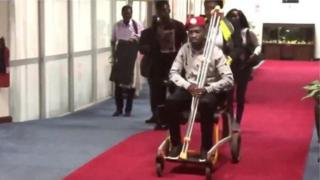 Bobi Wine, ugaragara hano mbere gato yo kurira indege muri Uganda, avuga ko yakorewe iyicarubozo - ikirego igisirikare cya Uganda gihakana