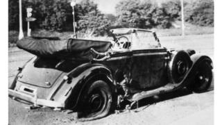 Carro de Reinhard Heydrich's (Mercedes-Benz 320) depois de uma tentativa de asssassinato em Praga