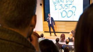 Una audiencia escucha una charla sobre fracasos en Lituania